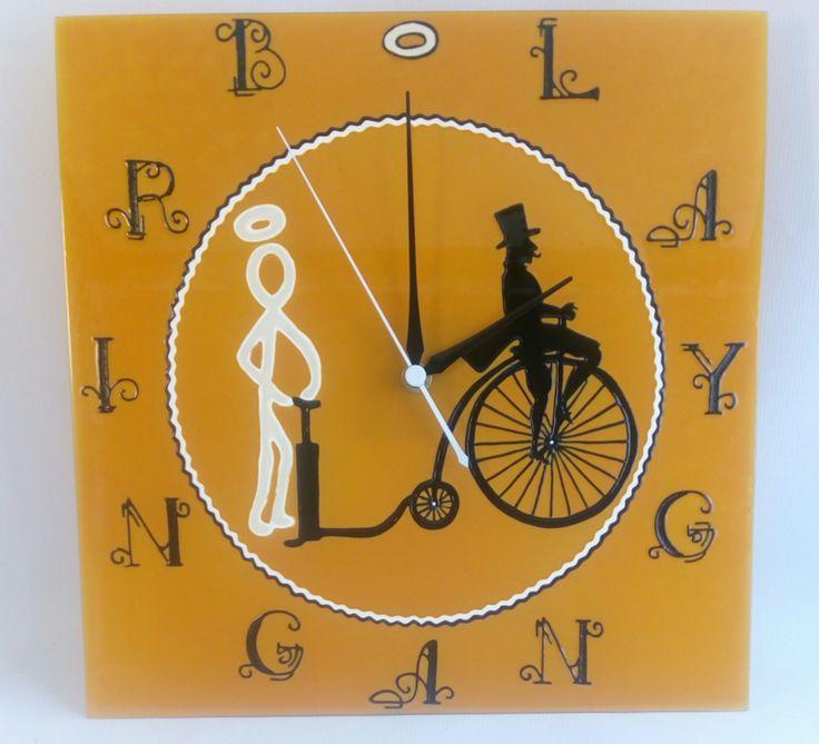 Kézzel festett üvegóra - Bringangyal - céges ajándék - 30x30 cm