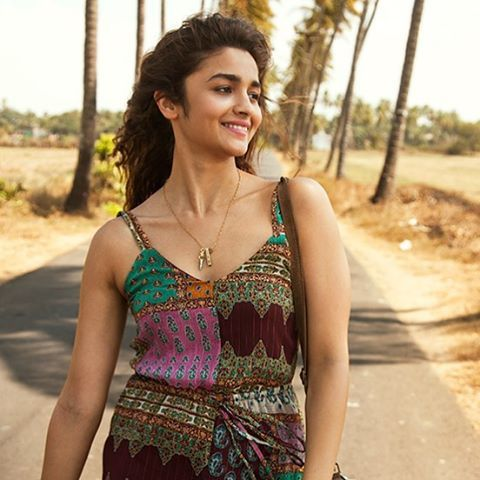 She looks so sweet and simple in this movie I love her dresses and make up in this movie❤️ • Good evening everyone #aliabhatt #bollywood