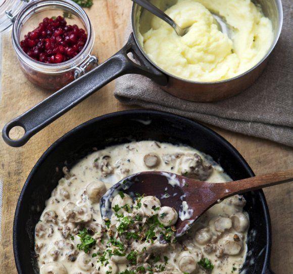 Viltskav med bacon, grädde, champinjoner och enbär samt mandelpotatispuré och rårörda lingon