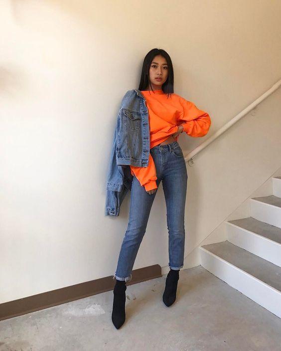 Jaqueta jeans, moletom laranja, momo jeans, ankle boot preta