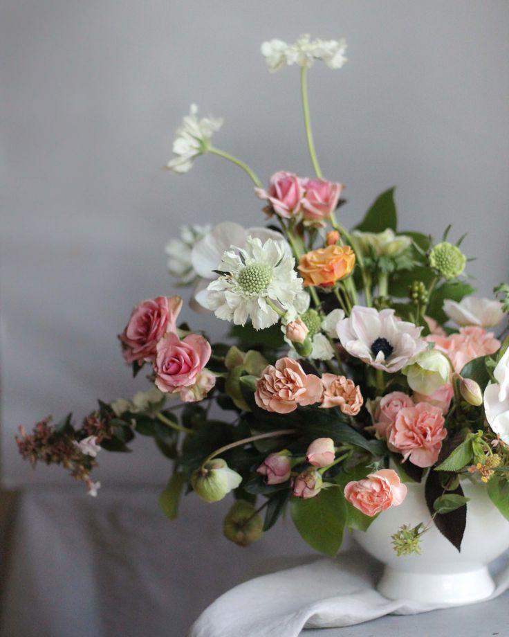 Arreglo de flores #flowerarrangement #arreglodeflores #anémonas #anemone #white #pastel #pastelpalette #escabiosa #scabiosa #minirosa #sprayrose #clavel #carnation #flowers