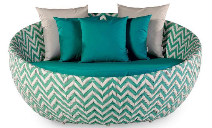 Clima festivo - O turquesa do poliéster e da fibra sintética, presentes nesta chaise (1,60 m x 83 cm**, a par tir de 16 569 reais), da linha Flox, da Marili Decor, alegra a varanda.