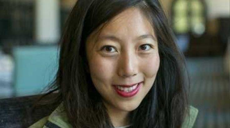 Ιδού πώς αποφασίζει το Facebook για το ποιον θα προσλάβει -  Η Julie Zhuo, διευθύντρια στη σχεδίαση προϊόντων της εταιρείας, αποκαλύπτει τη στρατηγική προσλήψεων Για πολλούς, το να προσληφθούν στη Facebook αποτελεί όνειρο ζωής. Η Julie Zhuo, διευθύντρια στη σχεδίαση προϊόντων της �