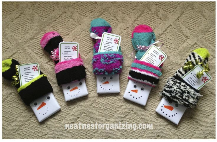 Candy Bar Snowmen - fuzzy socks + large chocolate bar = warm holiday wishes for teachers or others - Neat Nest Organizing