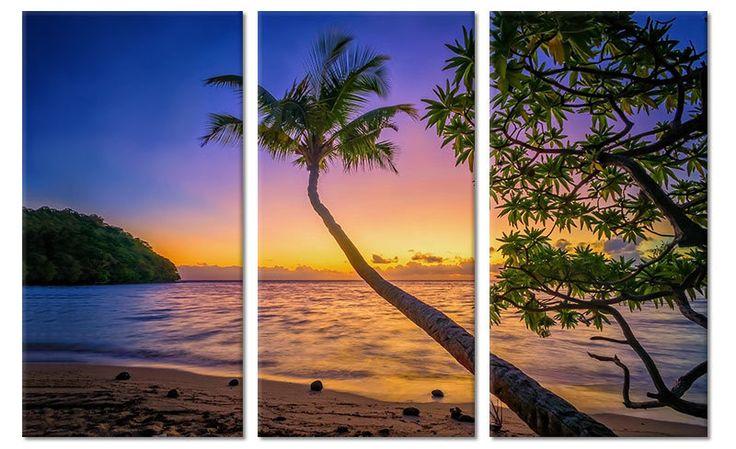 Drieluik canvas schilderij van een tropische zonsondergang boven een strand met palmboom