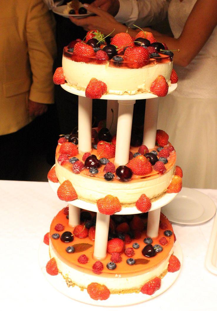 Bryllupskake - ostekake med gelélokk og pynta med bær