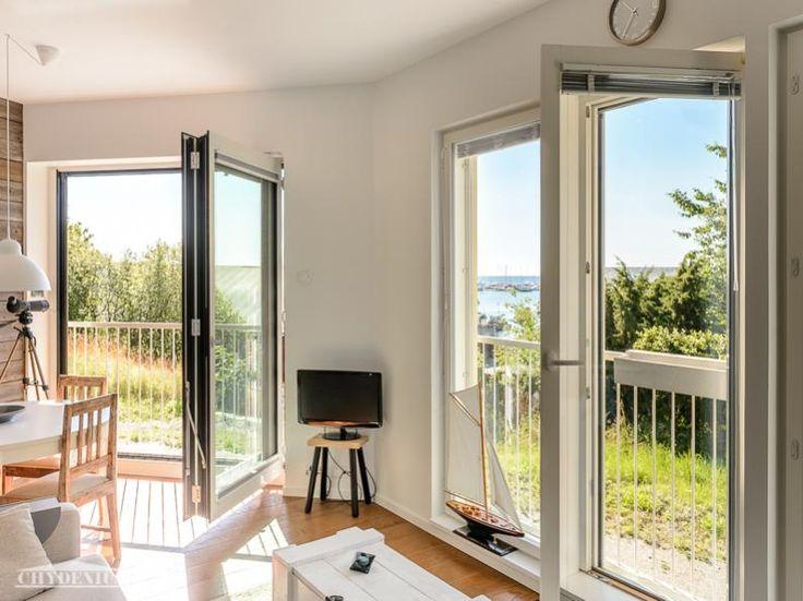 Horisontti näkyy valoisaan olohuoneeseen. Villa Granit