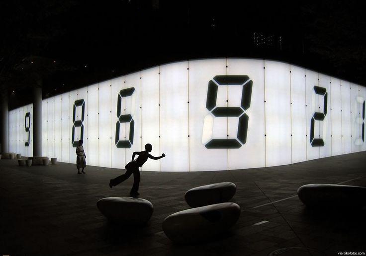 Uma parede que se torna digital em Roppongi Hills, um complexo comercial e de entretenimento em Tóquio.