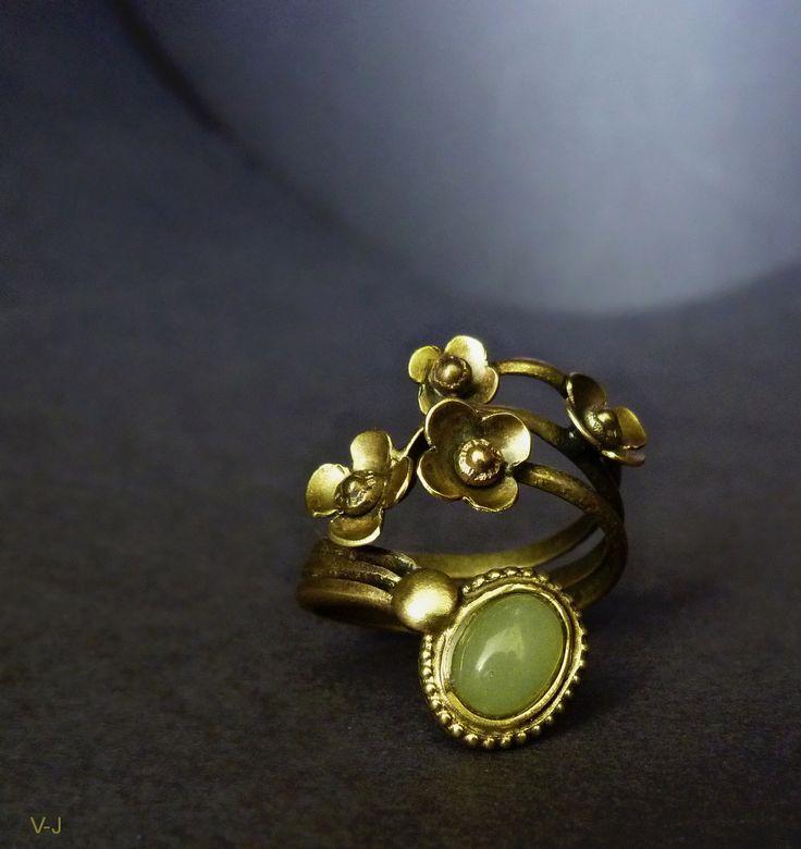 Kvítky sakury pro Jáju. Prstýnek s jemným motivem kvítků sakury vytvořil můj manžel Vladimír. Neuzavřený, jemným doladěním lze přispůsobit velikosti prstu. Vyrobený z tombaku a doplněný o zelený avanturín. Moje doporučení, aby Vám šperky... Tombak je lepší mosaz. *K tomuto druhu prstýnku je v ceně originální krabička také z tvorby mého muže. V-J