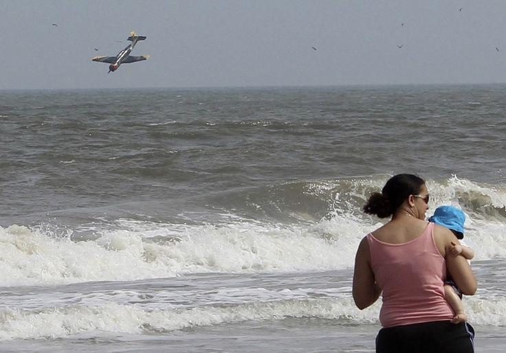 La mamma tiene un bimbo in braccio sulla spiaggia, ignara di quello che sta accadendo proprio davanti a lei: un aereo sta per schiantarsi. Succede in Maryland, ad Ocean City, davanti all'Oceano Atlantico. Sono ancora in corso le ricerche del relitto e delle due persone a bordo. A riprendere l'incide
