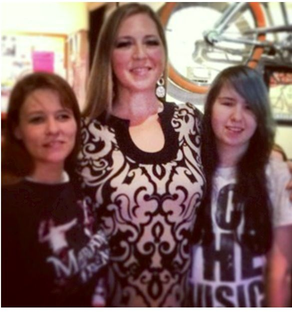 YUP, MY DAUGHTER N I HAD COFFEE WITH SARA RAMSAY BEFORE THE VANCOUVER CONCERT LAST APRIL