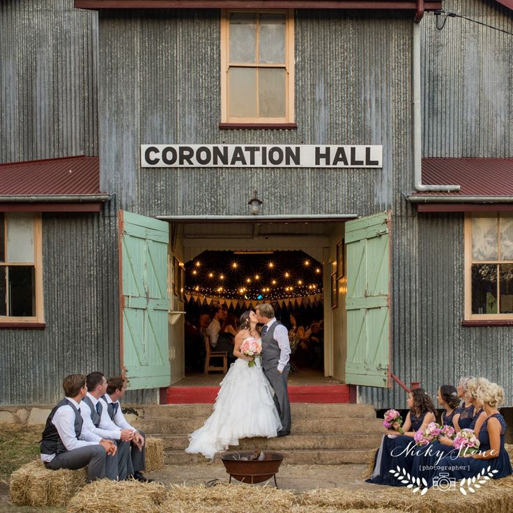 Amanda and Robbie's prettiest of country weddings ..... Somerset Dam wedding photographer Coronation Hall