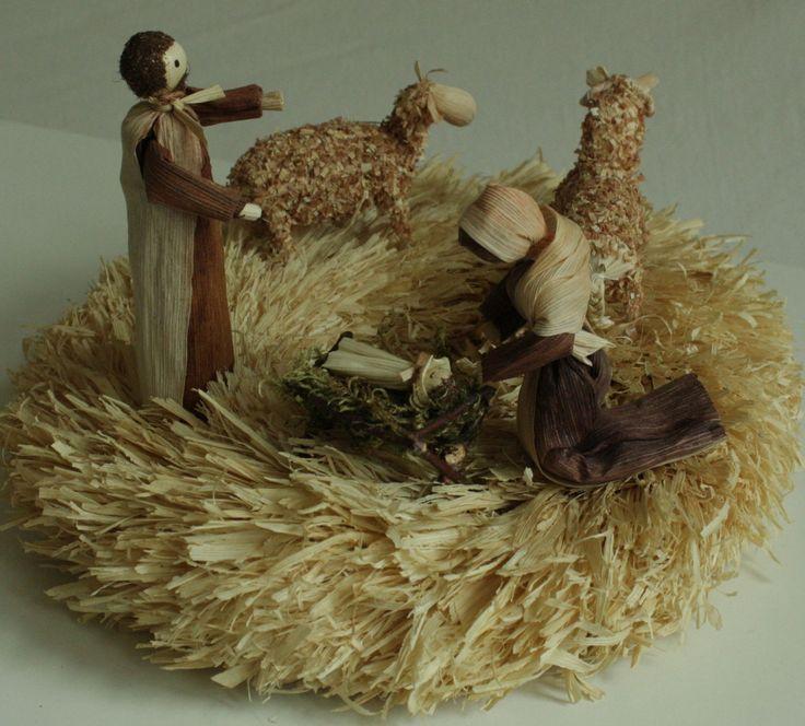 """""""Narodil se Kristus Pán..."""" - betlem na věnci Interiérová dekorace - vánoční betlém v přírodních barvách na položení. Věnec je z trhaného kukuřičného šustí na slaměném korpusu. Na věnci je umístěn malý betlém - Josef, Maria, Ježíšek v jesličkách a beran s ovečkou. Výška stojící figurky je 13 - 14 cm. Průměr samotného věnce cca 30 cm."""
