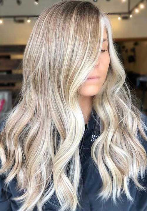 Schicke Blondine markiert lange Frisuren