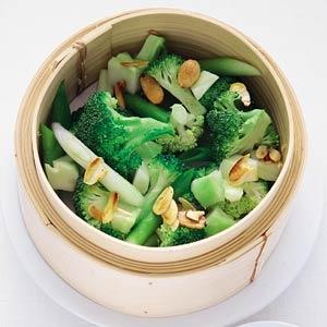 Gestoomde broccoli met bosui en amandel