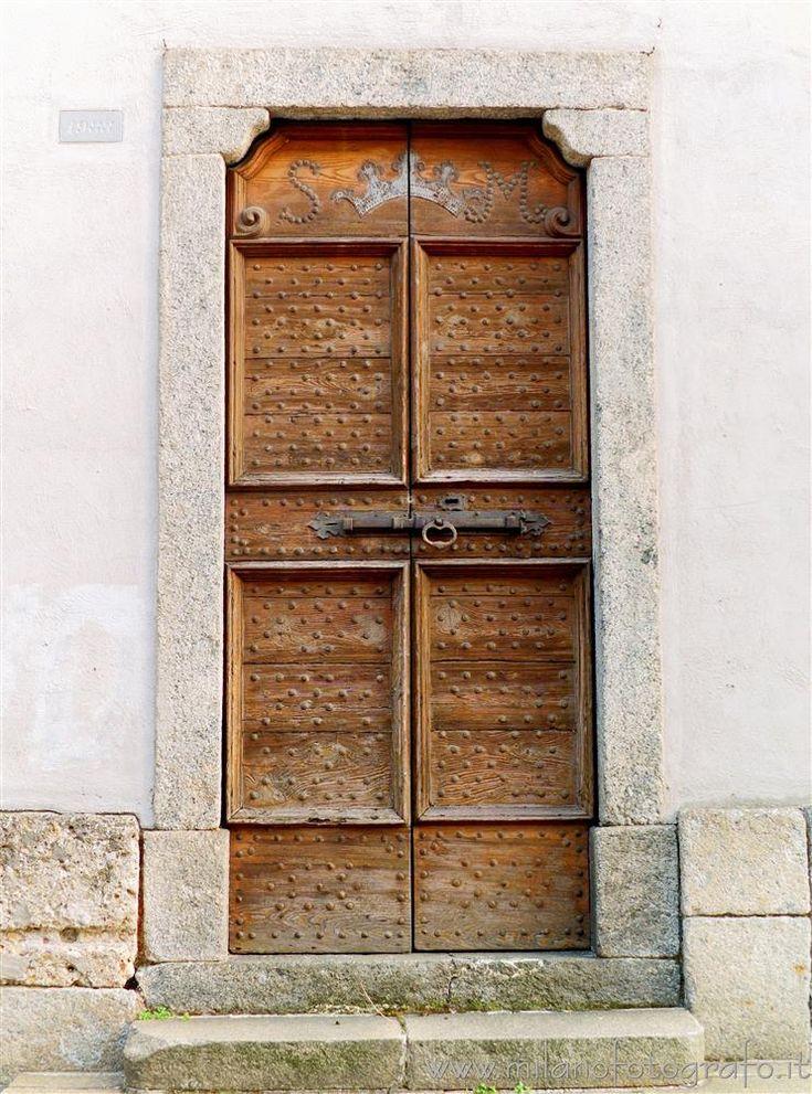 #Desio (#Milano #Italy #Lombardia ) - Side entrance of the #church of Santa Maria #brianza #door #doorway #visititaly