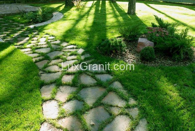 Брекчия гранитная для мощения садовых дорожек. Плоский камень для тропинок. Купить камень для дороже. Каменные дорожки на дачу фото Киев цена.