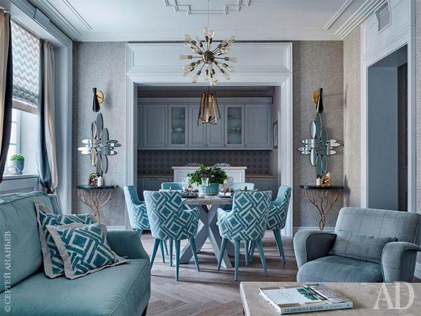 Столы в гостиной – журнальный и расположенный за диваном консольный – выполнены российской компанией по авторским эскизам, их столешницы сделаны из кварца. Кресло – фабрики Arteriors.