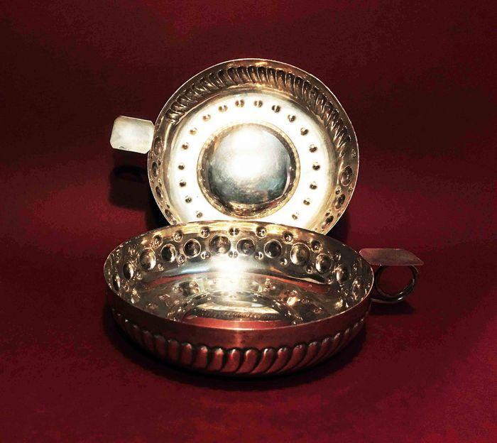 Catawiki, pagina di aste on line  Numero due tastevin identici in argento 800, punzone argentiere Goretta.