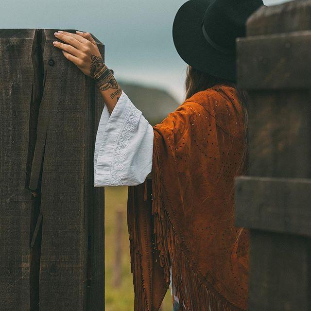 SnapWidget | The Desert  // Atacama Poncho // www.mahilacouro.com.br #bohemian #leather #bag #poncho #suede #fringe #bohoinspiration