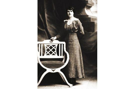 Berthe is not happy /   Chez le photographe, Grenoble, Isère, France, janvier 1910.   © DR / Archives de Mylène BRESSAN