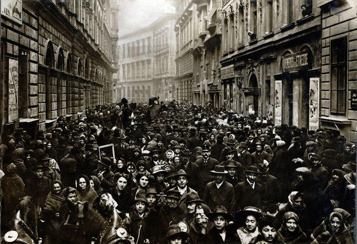 Síp utca, 1911 – a Rothschild által a pesti zsidóknak hagyományozott 100 ezer korona kiosztásakor (Fotó: Müllner János / Kiscelli Múzeum Gyűjteménye)
