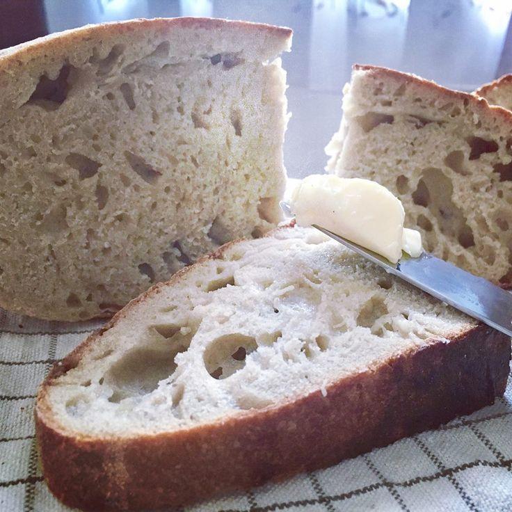 Pohľad, ktorý nikdy neomrzí - čerstvo rozkrojený domáci chlieb. Tentokrát kváskový špaldový chlieb.