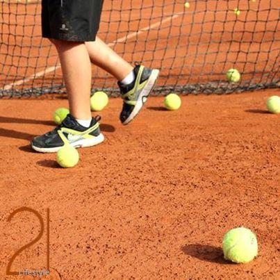 #Tennis in #Ibiza El Ibiza Club de Campo un club deportivo y social situado en el km. 2 de la carretera de Ibiza a San José, sobre un terreno de unos 30.000 m2. Actualmente pone a disposición de sus usuarios un local social, seis pistas de tenis, una pista de mini tenis, una piscina semiolímpica, una pista de squash, un campo de fútbol sala con césped artificial y seis pistas de pádel (cuatro de ellas de cristal).