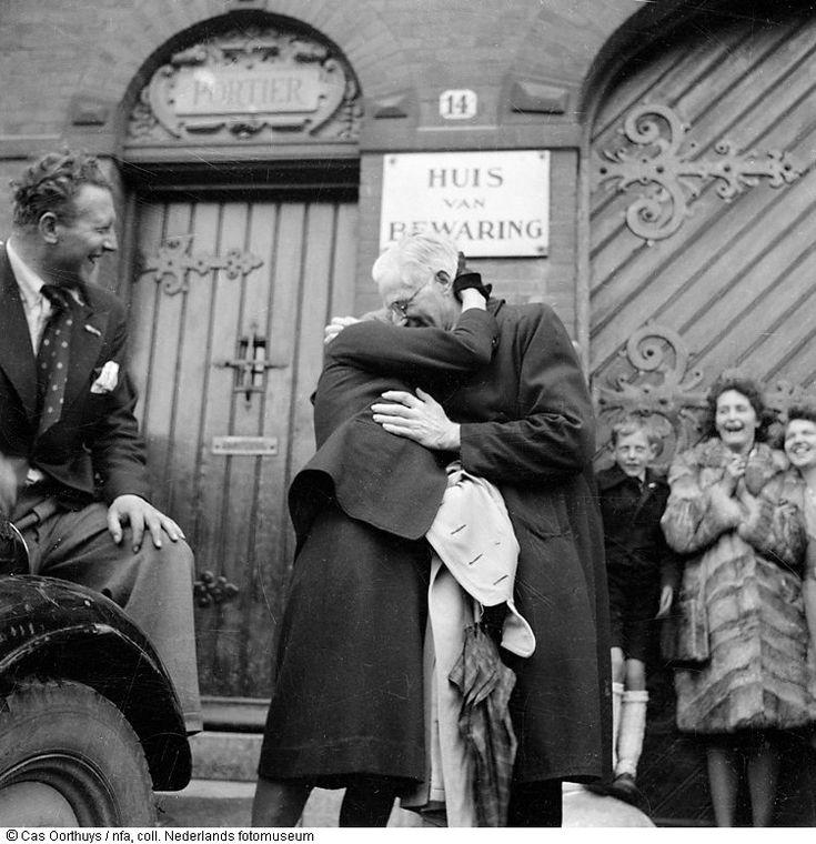 Vader van Mien Harmsen komt uit Huis van Bewaring na de bevrijding, Amsterdam (mei 1945)