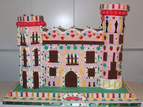 Para las princesas de la boda, un castillo de gominolas. Cuando juntamos una mesa de boda con muchas niñas, una de las mejores ideas para las tartas de chuches originales es este castillo digno de una princesa de cuento.