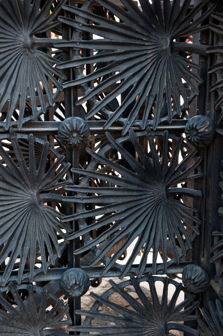 Detail van een hekwerk van Gaudi