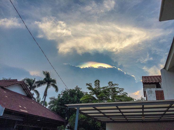 Aurora Beam? It's fascinating though. Semoga pertanda bagus di tahun 2016  #villadelima #jakarta #indonesia