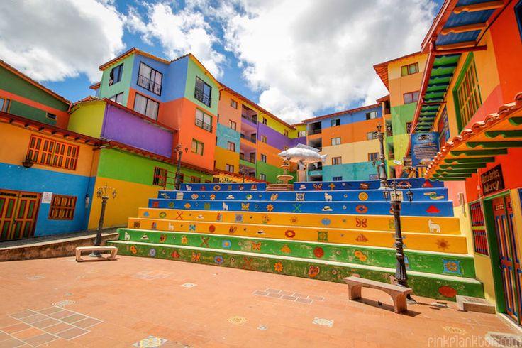 des photos de Guatapé une ville ultra-colorée par Jessica Devnani - https://www.2tout2rien.fr/des-photos-de-guatape-une-ville-ultra-coloree-par-jessica-devnani/