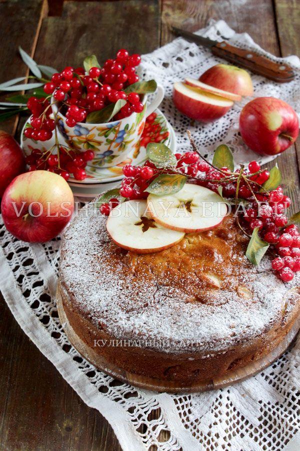 Продолжая тему вкусной, нехлопотной и всегда из доступных продуктов выпечки, следом за вездесущей шарлоткой не забудем о заливных пирогах, с яблоками и не только.