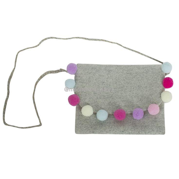 Серая шерстяная сумочка с разноцветными помпонами и подкладкой из вискозы. Декоративные детали сумочки выполнены вручную.