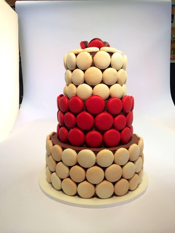 Netradiční svatební dort ukrytý v makronkách.