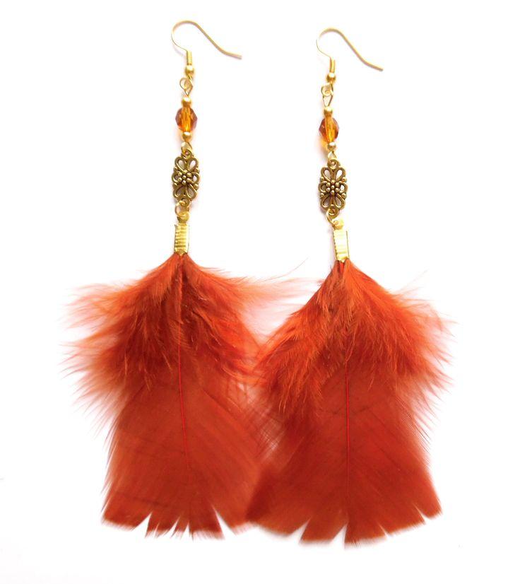 Örhängen i guldplätering med kristaller och rostbruna fjädrar.  Längd: 14cm