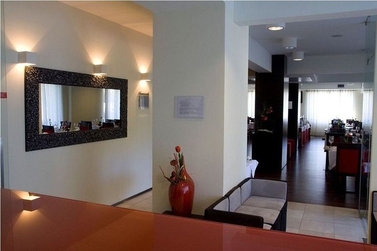 Paredes Hotel Apartamento é um novo espaço situado na rota dos móveis e vocacionado para possibilitar estadias de elevada qualidade e conforto. Saber Mais: http://www.lugaraosol.pt/pt/hoteis/listagem/item/paredes-hotel-apartamento