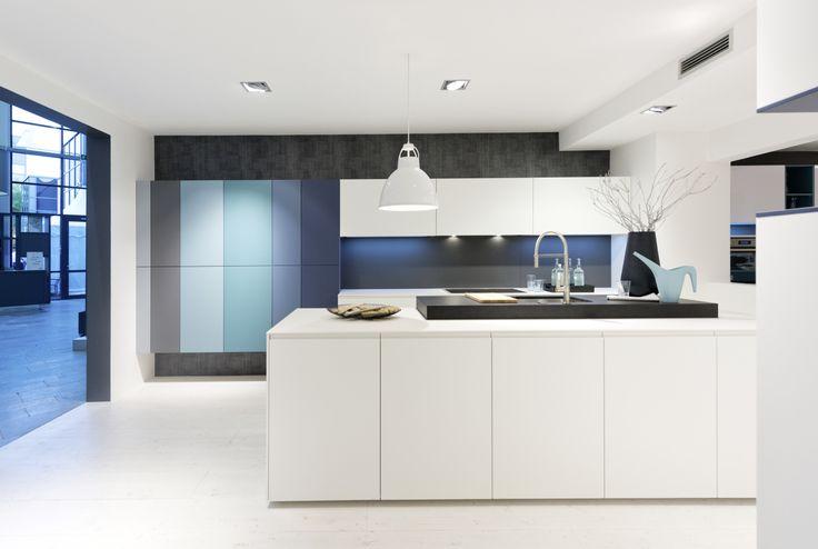 Kuchnia NOLTE w stylu minimalistycznym kuchnia - biel z akcentem wielu odcieni niebieskiego