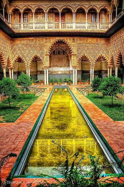 Esto es el patio de un palacio muy grande en Sevilla que lleva el nombre Alcazar. Este palacio árabe tiene muchos patios, jardines, flores, árboles, y fuentes. Durante del viaje a la casa de los Marco, Ana lo vio. A ella le gusta el Alcazar mucho y piensa que es muy hermoso.