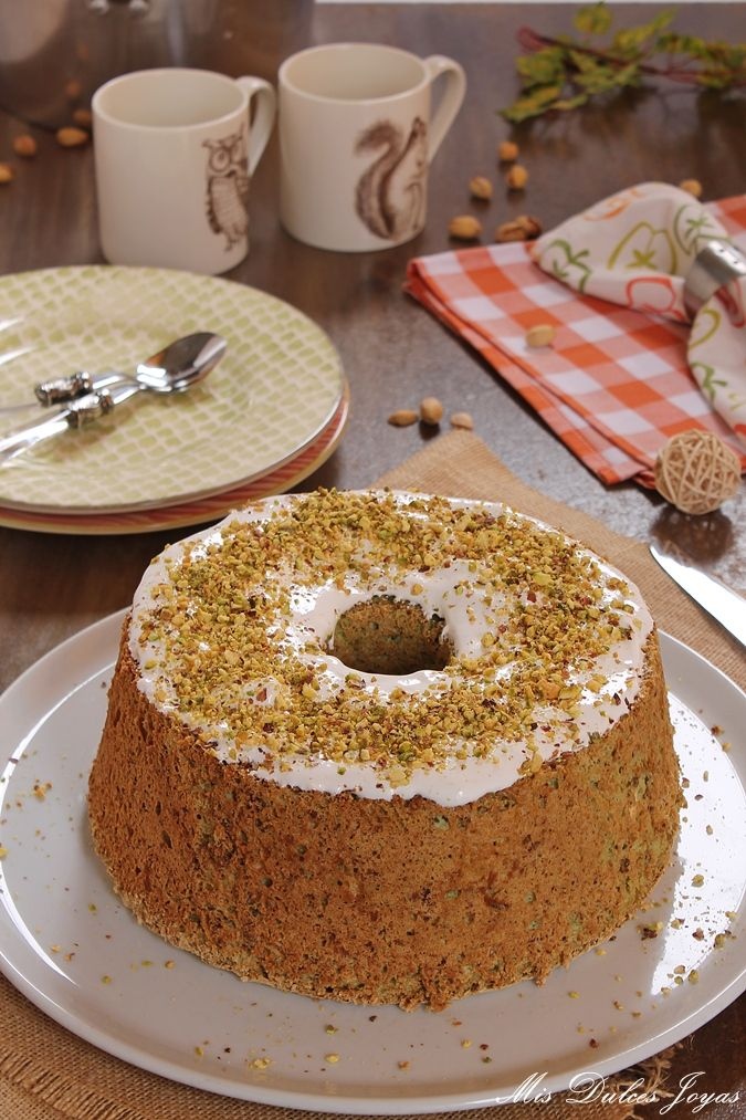 Tarta Angel Food de pistacho.   Hoy os traigo otra receta facilita y rápida de hacer. Como hago bastante repostería en casa,...