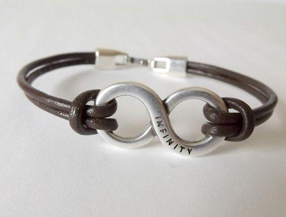 Pulsera del infinito, joyería del mens, regalo del marido, regalo novio, regalos para hombres, joyería para hombres, pulsera hombre, pulseras para hombres, diseños de pulseras y hecho a mano por Kuartz. Pulsera infinity hechos a mano con cordón de cuero de 2 mm, de plata símbolo de infinito plateado zamak y cierre de broche de presión plana. El símbolo de infinito es de 34 x 12 mm Los resultados tienen 5 capa de micras de plata, níquel y sin plomo. ¡Está un regalo!. Guía de tamaño de.- C...