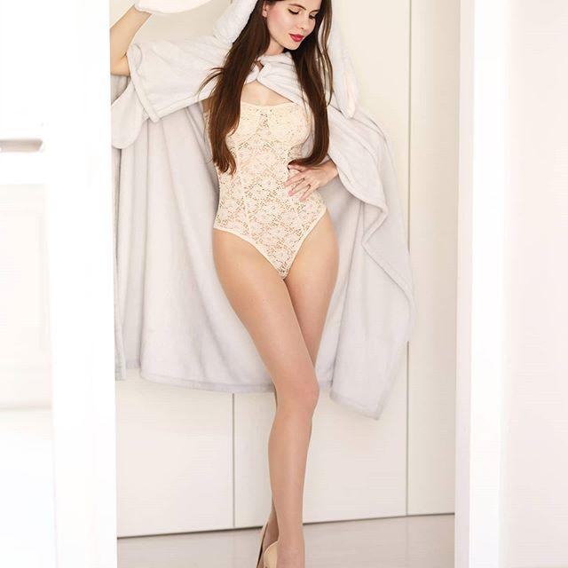 Wzorzysta Kolorowa Sukienka Cieliste Rajstopy I Rozowe Szpilki Z Cwiekami Ari Maj Personal Blog By Ariadna Majewska Comentarios Piernas