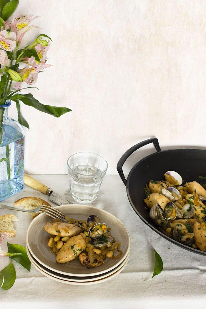 Yerbabuena en la cocina: Chipirones encebollados con pochas y almejas