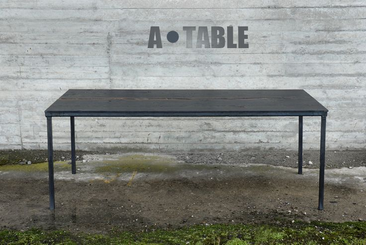 """Eiken tafel,  """"ZWARTE MAMBA"""" uit twee gekoppelde delen, gezwart met ijzeroxide op stalen frame  Kleine genummerde serie 200 x 90 cm en 250 x 90 cm ."""