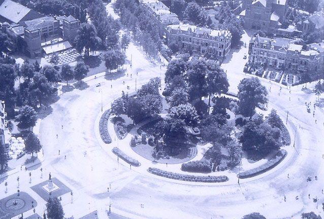 Luchtfoto van het Keizer Karelplein in de jaren '20. Linksboven concertgebouw de Vereeniging, linksonder het standbeeld van bisschop Hamer.