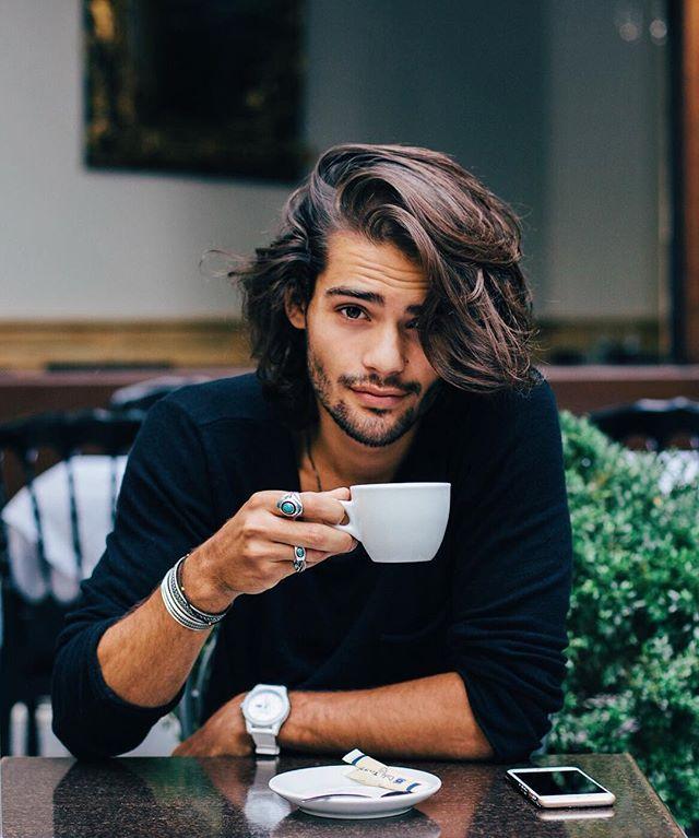 Magnifique jeune homme brun avec de beaux cheveux longs souples : tashbraz ♡