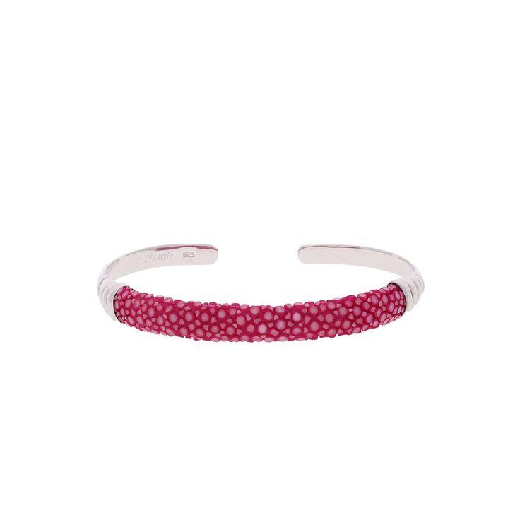 Die Armspange Rocca in Pink fällt durch seinen leuchtend femininen Farbton und sein einzigartiges Material Rochenleder auf. Die interessante Oberfläche des Rochenleders aus vielen kleinen Kreisen macht das Schmuckstück zu etwas Ausgefallenem, ohne dabei zu übertreiben. Eindeutiges Potenzial zum Lieblingspiece!