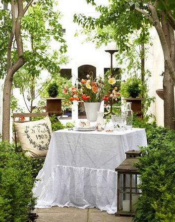 white, green, tan, splash of red: Summer Picnic, Alfresco, Outdoor Dining, Outdoor Living, Beds Skirts, Cottages Chic, Ana Rosa, To Fresh, Gardens Parties