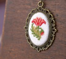 Kuşlu Kanaviçe Etamin Kolye 4 cm çapındaki Kuş motifli kolye, nakış ipleri ile keten kumaş üzerine elde.... 239311